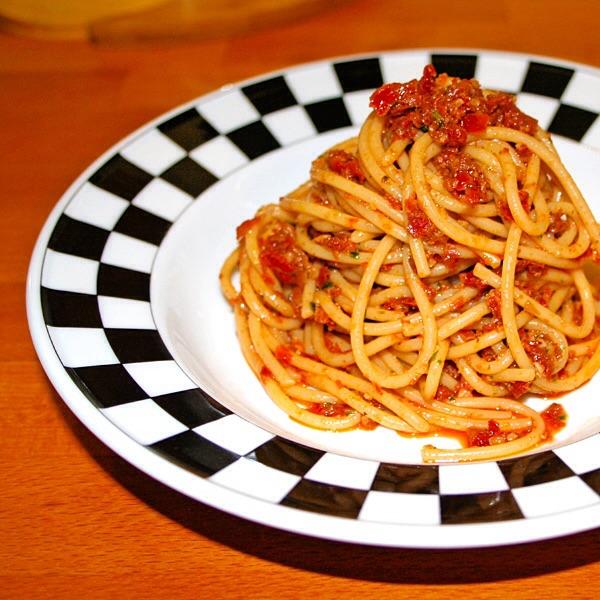 Spaghetti in crema di pomodori secchi e noci